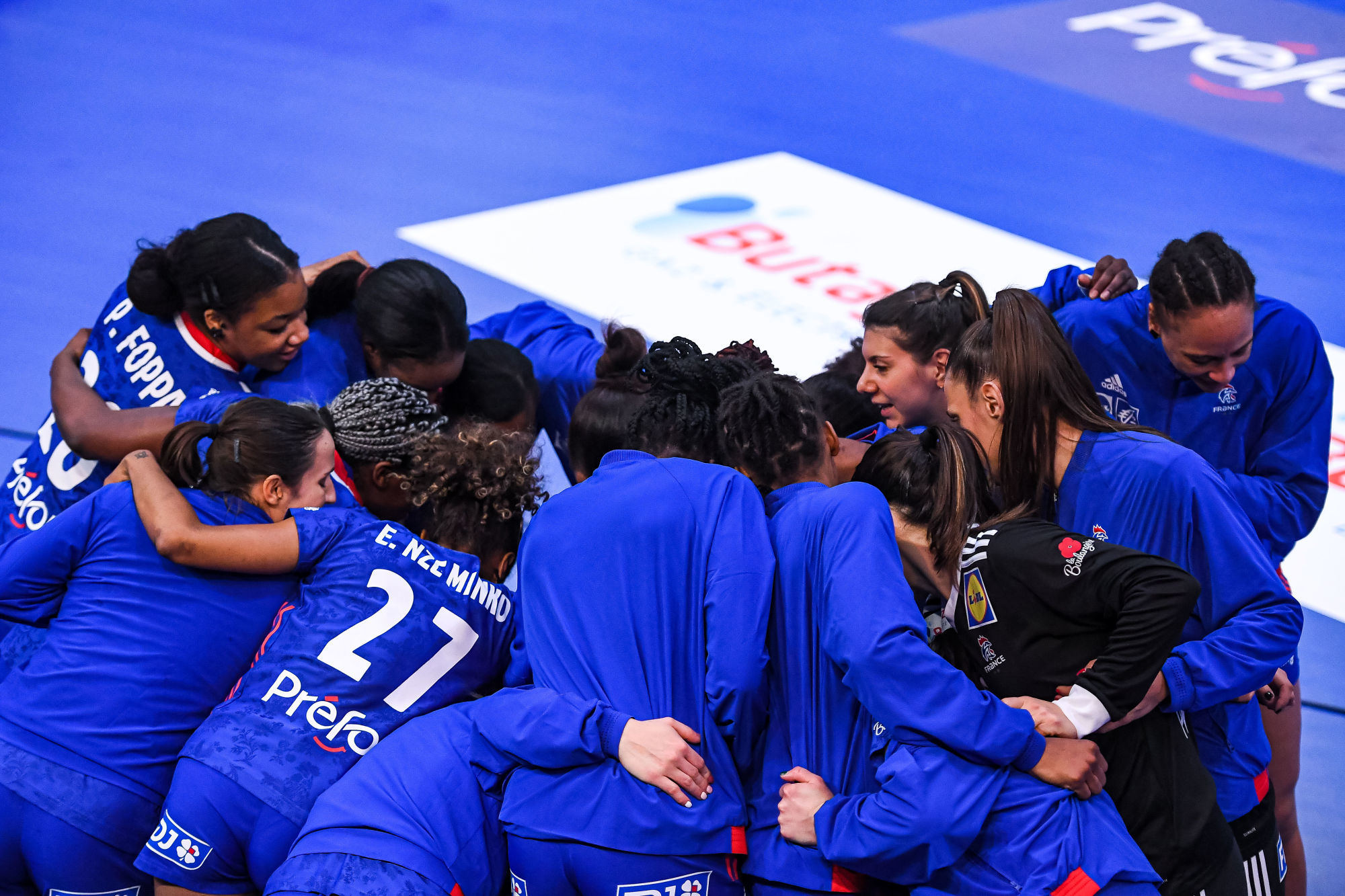 Team of France gather around ahead of the Womens International Handball friendly match between France and Danmark on March 18, 2021 in Creteil, France. (Photo by Baptiste Fernandez/Icon Sport) - --- - Maison du Handball - Creteil (France)