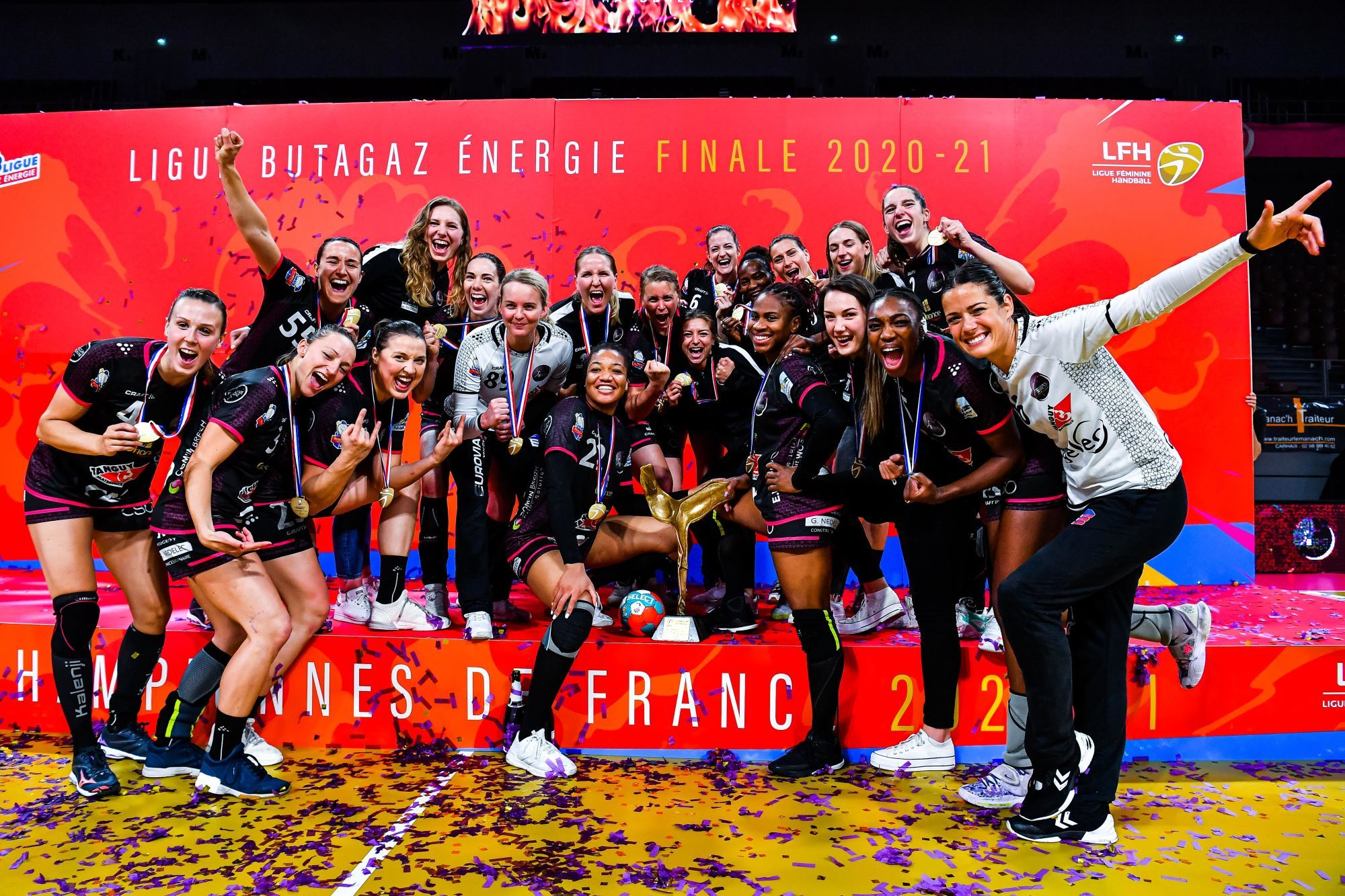 Players of Brest celebrate on the podium with the trophy after the women's Ligue Butagaz Energie final match between Brest and Metz at Brest Arena on May 23, 2021 in Brest, France. (Photo by Baptiste Fernandez/Icon Sport) - Brest (France)